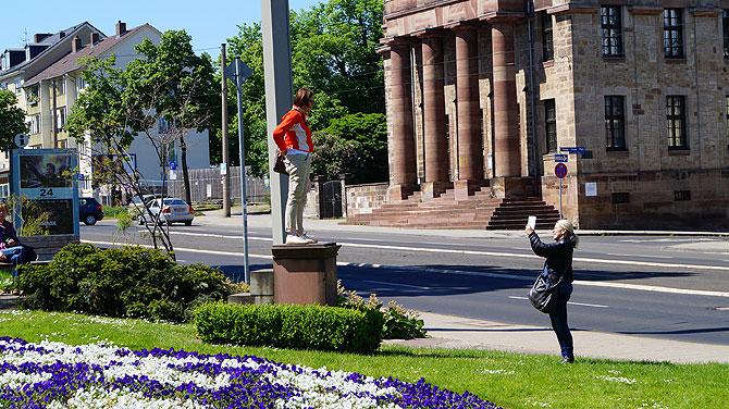 7-Must-see-Sehenswürdigkeiten-in-Kassel_Ich-Denkmal_Pose