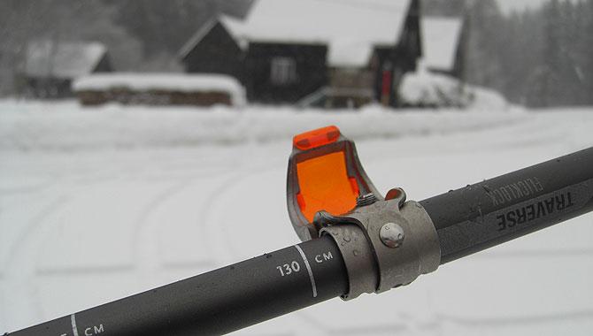 Schneeschuhwandern-im-Schwarzwald-Teleskopstab-einstellen