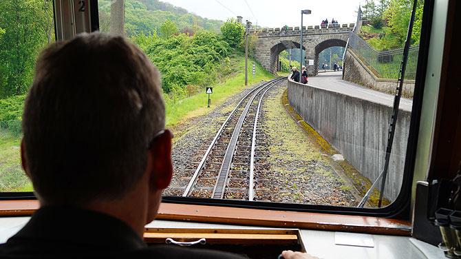 Die Drachenfelsbahn fährt hoch zum Drachenfels und macht auch Halt am Schloss.