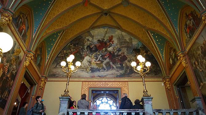 Die Wanddecke im Eingangsbereich ist imposant.
