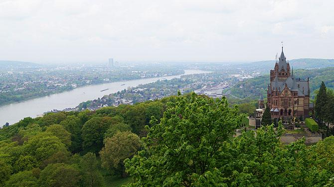 Schloss Drachenburg thront hoch über dem Rhein.