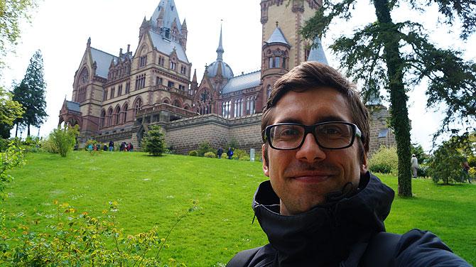 Ich vor Schloss Drachenburg