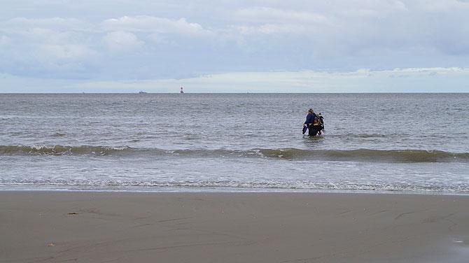 Wattführer schreitet durch die Nordsee