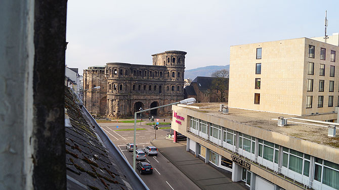 Der Ausblick aus dem Fenster direkt auf die Porta Nigra ist top.