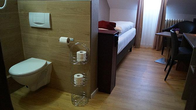 Das WC steht mitten im Zimmer (17)