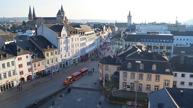 Ausblick von der Porta Nigra auf die Trierer Innenstadt.
