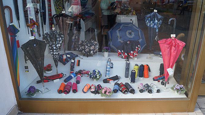 Schaufenster von Gisas Schirmgeschäft in Trier.