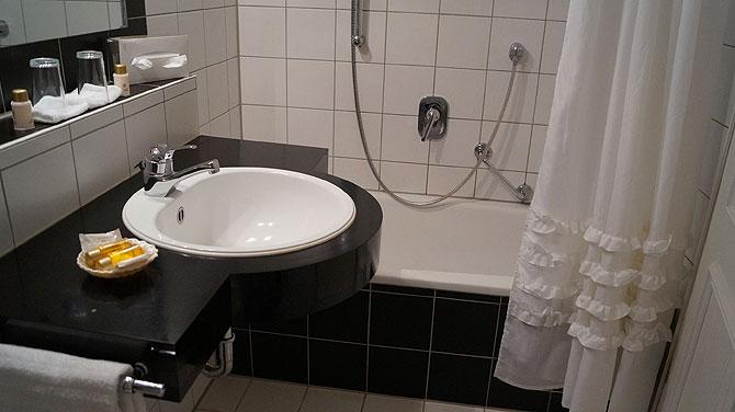 Bad mit Rüschenvorhang