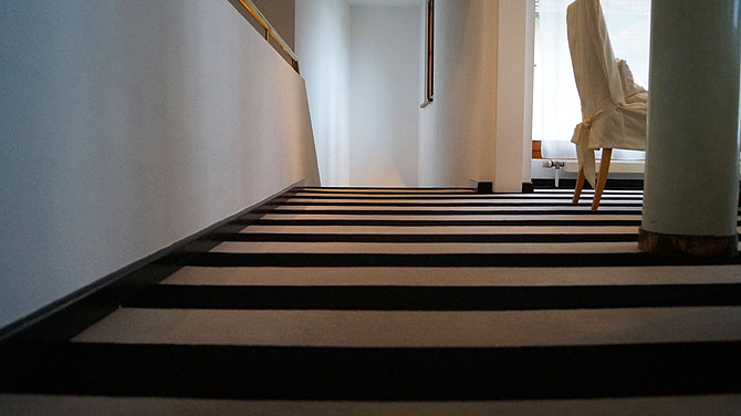 Zebra-Look des Hotelflurs wirkt hypnotisch.