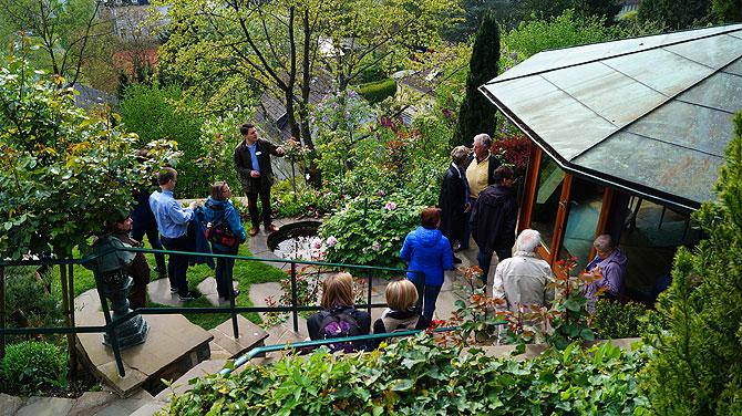 Pavillon mit Gäste, die sich auf einer Führung durch das Haus befinden.