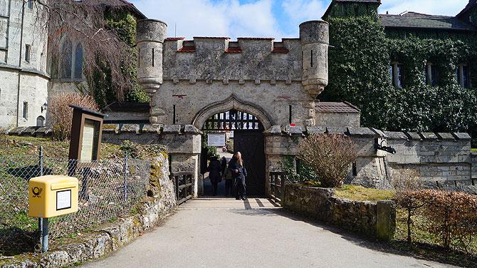 Eingang zum Schloss, mit Briefkasten