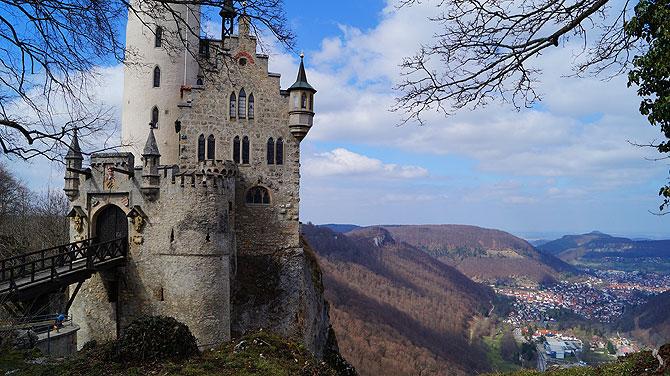 Die Lage des Schlosses ist sehr, sehr imposant.
