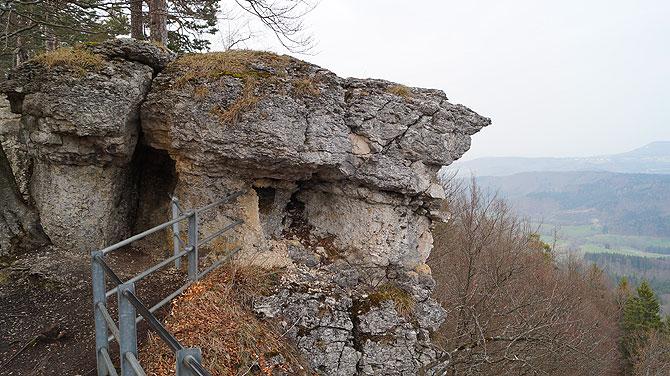 Hangender Stein gehört zu dein Highlights während der Wanderung.