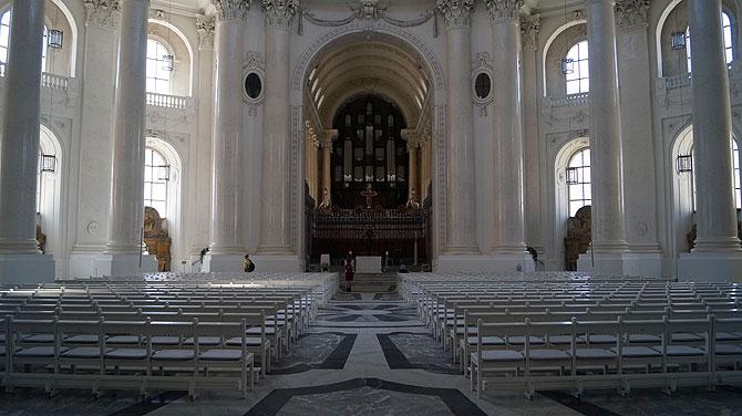 Der Innenraum des Doms ist in Weiß gehalten.