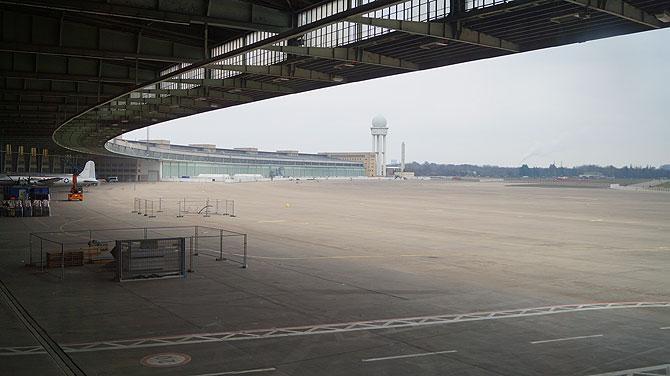 Blick auf das Flugfeld mit Tower
