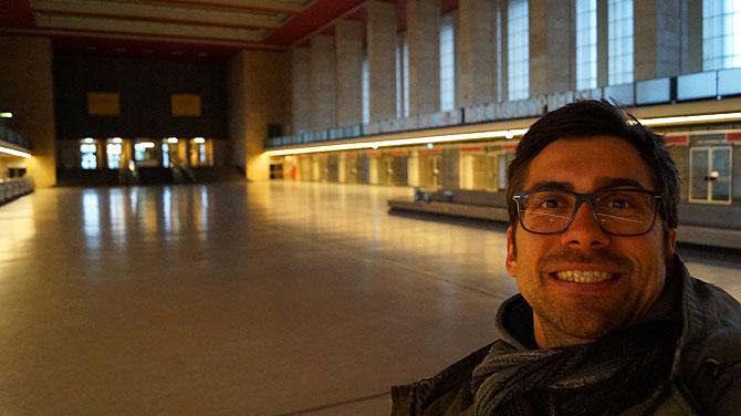 Ich in der ehemaligen Abflughalle im Flughafen Tempelhof