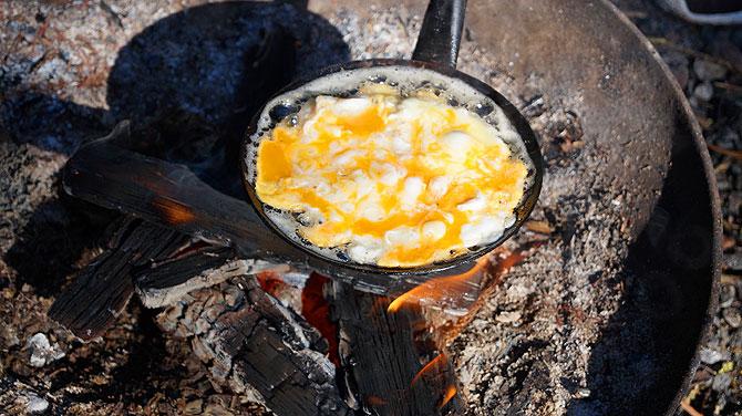Morgen gibt es Ei auf Grillpfanne
