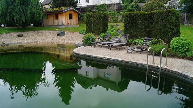 Im Außenbereich gibt es einen Pool.
