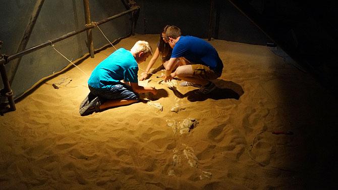 Nachwuchsarchäologen in der Themenwelt Kanak, Niger
