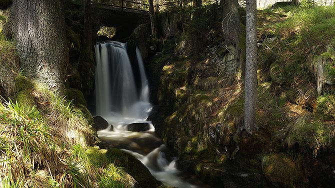 Dank Langzeitbelichtung wirkt der Wasserfall wie Pulver.