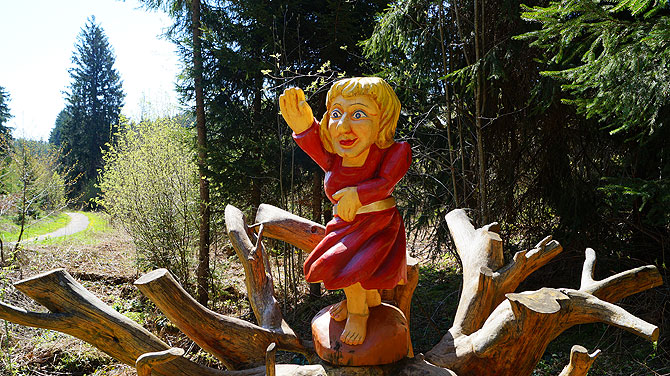 Holzfigur auf dem Naturpfad