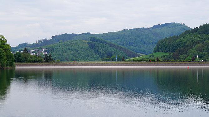 Hennedamm, die Staumauer des Sees