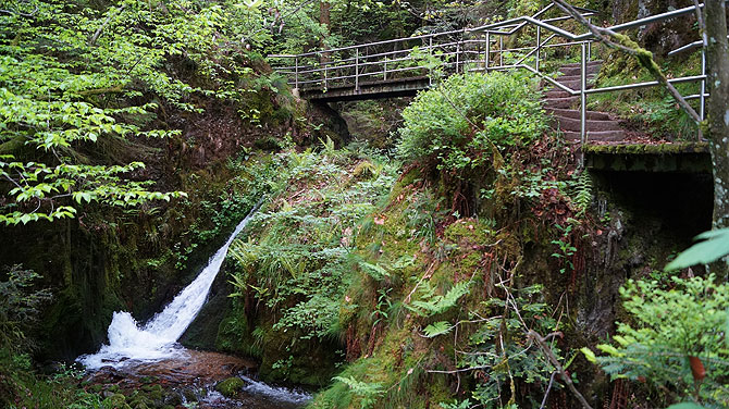 Rundweg und Startpunkt am Edelfrauengrab Wasserfall