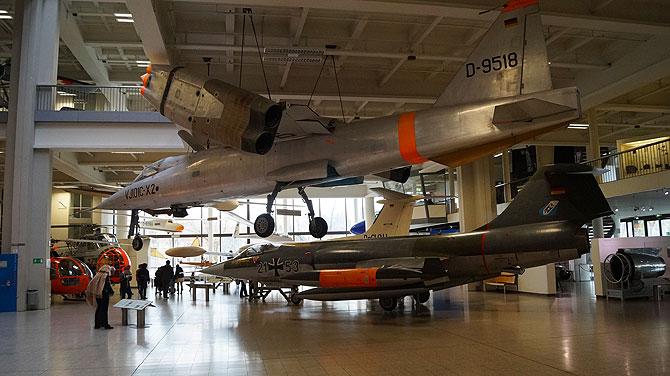 Auch Kampfflugzeuge gibt es hier.