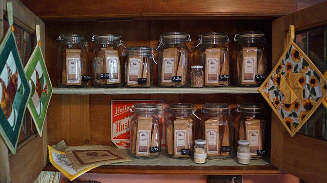 Im Laden gibt es Tee, Likör, Fruchtaufstriche und Kräuterspezialitäten