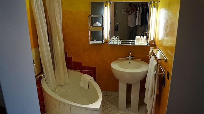 Die Badewanne erinnert an die Titanic.