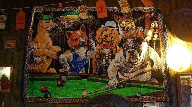 Die bekannten Hunde beim Billard spielen