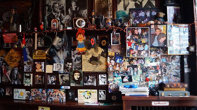 Schallplatten hängen an der Wand.