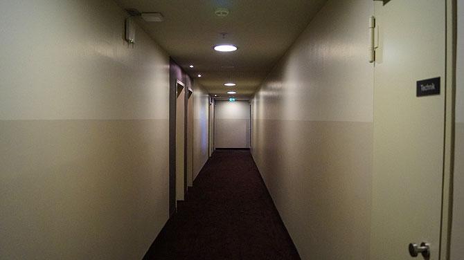 Monochromer Hotelflur