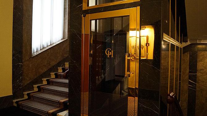 Gold, Gold, und noch mehr Gold - auch am Aufzug.