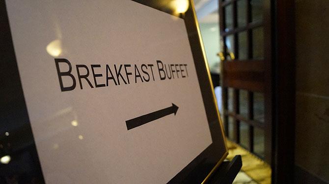 Das wichtigste Schild im Hotel: zum Frühstücksbuffet