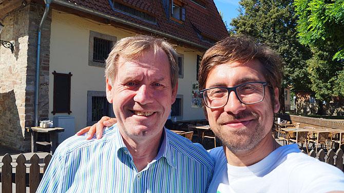 Ich mit Hartmut vor dem Alten Brauhaus Fallersleben