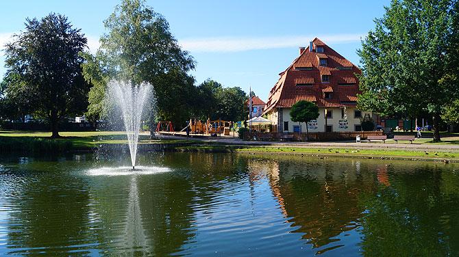 Das Alte Brauhaus Fallersleben liegt idyllisch an einem See.