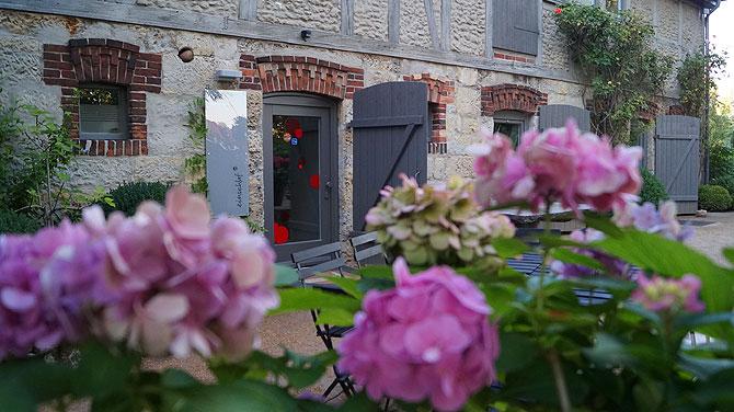 Der EIngang ist im Garten des Cafe Atelier