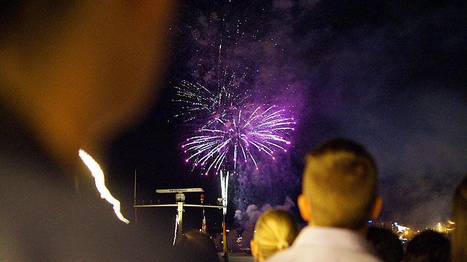 Das Feuerwerk zischt und knallt in den Himmel.