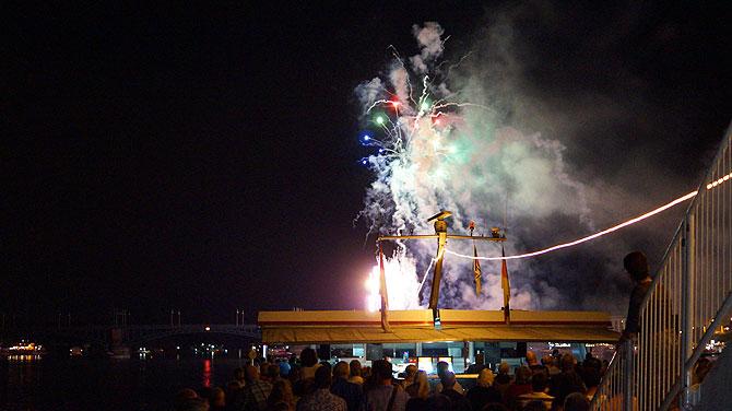 An Oberdeck genießt sich das Feuerwerk am besten.