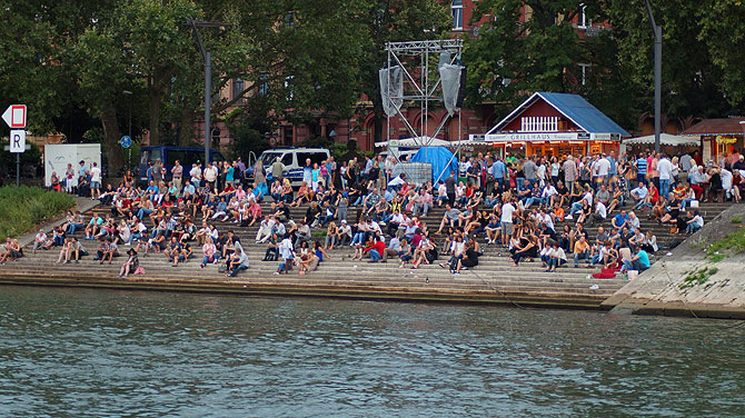 Am Mainufer bereiten sich die Leute auf die Mainzer Sommerlichter vor.
