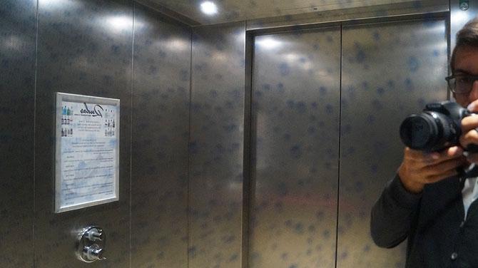 Duschvorhang im Aufzug