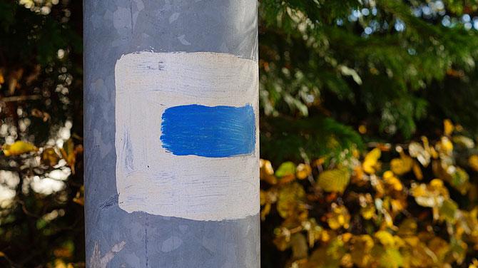 Blaue Markierung für den Wanderweg