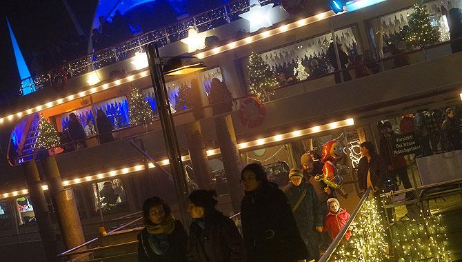 Beleuchtung der MS München, dem Weihnachtsschiff Konstanz