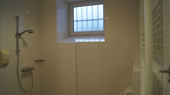 Auch in den Duschen warten Gitter vor dem Fenster