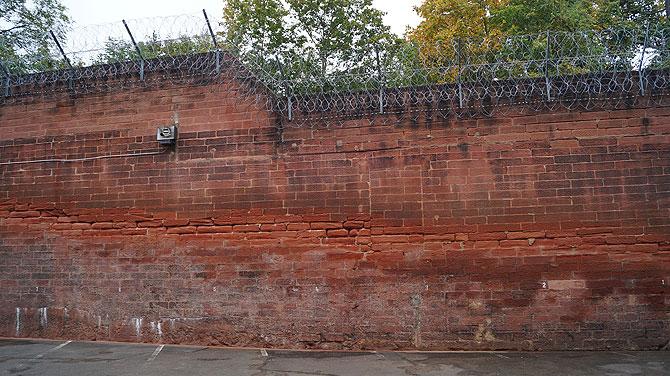 Hohe Mauern und Stacheldraht