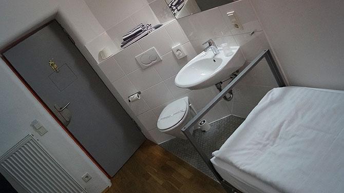 Die Zellenzimmer haben WC - direkt im Zimmer