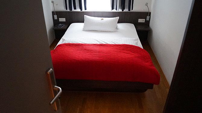 Komfortzimmer mit schöner roter Decke