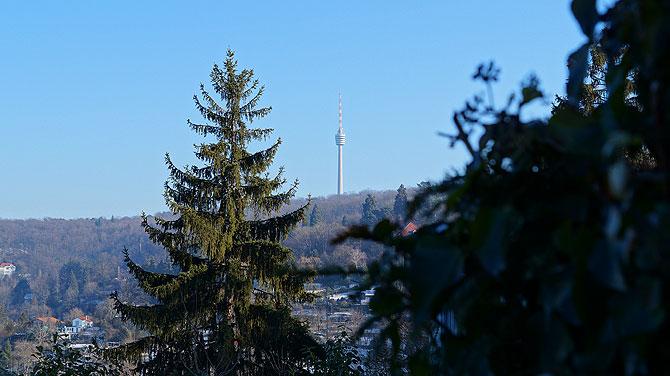 Der Fernsehturm in Stuttgart ist schon von weitem zu sehen.