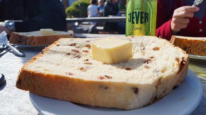 Rosinenstuten mit Butter sind sehr beliebt auf Juist
